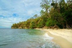 在Bolilanga海岛上的离开的海滩 图库摄影