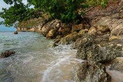 在Bolilanga海岛上的离开的海滩 免版税库存图片