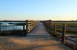 在bolsa chica沼泽地的日落通过一个木桥 免版税库存照片