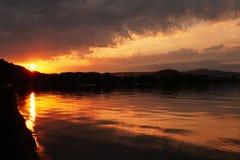 在Bolsena湖的火日落 免版税库存图片