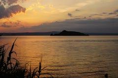 在Bolsena湖的火日落 免版税库存照片