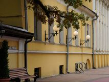 在Bolshaya Nikitskaya街上的19世纪大厦在莫斯科 图库摄影