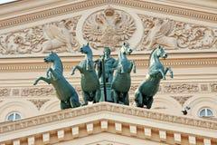 在Bolshoi剧院的大厦的四马二轮战车在莫斯科 免版税库存图片