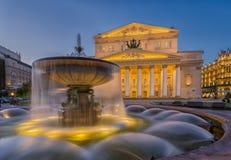 在Bolshoi剧院附近的喷泉在晚上 免版税库存图片