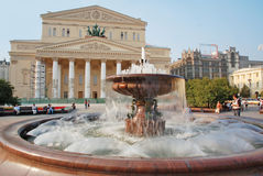 在Bolshoi剧院,莫斯科前面的喷泉 免版税库存照片