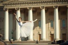 在Bolshoy剧院附近的芭蕾舞女演员跳舞在莫斯科 库存图片