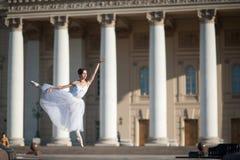 在Bolshoy剧院附近的芭蕾舞女演员跳舞在莫斯科 库存照片