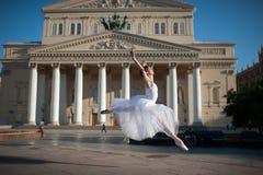 在Bolshoy剧院附近的芭蕾舞女演员跳舞在莫斯科 免版税库存照片