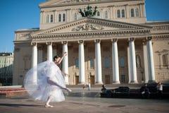 在Bolshoy剧院附近的芭蕾舞女演员跳舞在莫斯科 免版税图库摄影