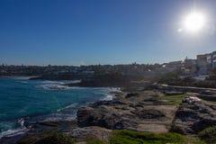 在bondi海滩,它附近的Tamarama海滩是美好的夏天在悉尼,澳大利亚 库存图片