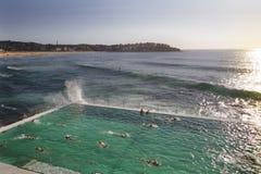 在Bondi浴海洋水池,悉尼,澳大利亚的Bondi冰山 免版税图库摄影