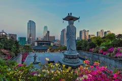 在Bongeunsa寺庙的菩萨雕象 免版税库存图片