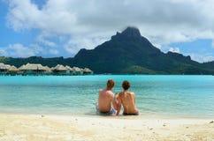 在Bora Bora的浪漫蜜月夫妇 免版税图库摄影