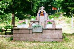 在Borac堡垒和东正教圣天使Gavrilo, Borac塞尔维亚前面横渡 免版税库存照片