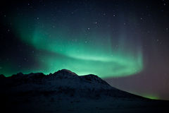 在borealis山之后的极光 免版税库存照片