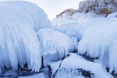 在Borga-Dagan海岛岩石的冰柱 33c 1月横向俄国温度ural冬天 库存图片