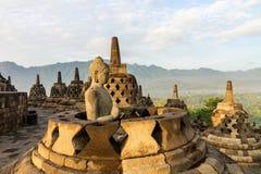在Borobudur寺庙里面stupa的菩萨雕象  免版税库存照片