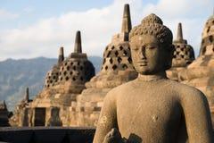 在Borobudur寺庙,印度尼西亚的Buggha雕象和stupas 库存图片