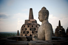 在Borobudur寺庙, Java,印度尼西亚的菩萨雕象 免版税库存照片