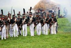 在Borodino的俄国军队战士reeactors作战再制定 库存图片