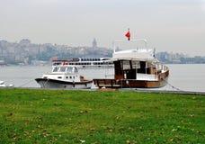在Bosphorous海峡,伊斯坦布尔的游艇 免版税库存图片