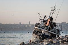 在Bosphorus冲上岸的老船 库存图片