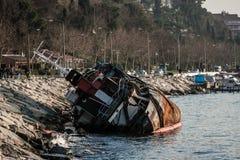 在Bosphorus冲上岸的老船 免版税库存图片