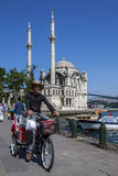 在Bosphorus旁边坐在Ortakoy在Istabul,土耳其的Ortakoy Camii (清真寺) 免版税库存照片