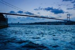 在Bosphorus桥梁的晚上 库存图片