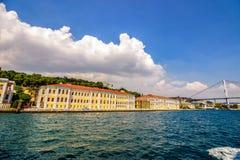在Bosphorus桥梁附近的加拉塔萨雷队大学 库存照片