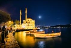 在Bosphorus桥梁附近的清真寺在晚上射击了 免版税库存图片