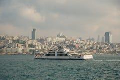 在Bosphorus海峡土耳其中间的乘客渡轮 以市伊斯坦布尔为背景 图库摄影