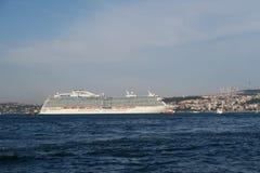在Bosphorus海峡的游轮在伊斯坦布尔,土耳其 免版税库存图片