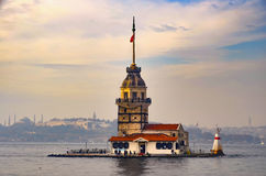 在Bosphorus的南部的入口的未婚的塔,与t 免版税库存照片