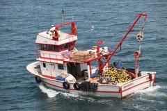 在Bosphorus的小土耳其渔船 库存照片