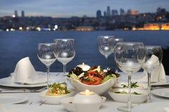 在Bosphorus的正餐,伊斯坦布尔-土耳其(晚上 库存图片