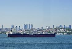 在bosphorus的油船 库存照片