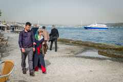 在Bosphorus附近的伊斯兰教的夫妇在伊斯坦布尔,土耳其 库存照片