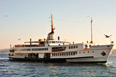 在Bosphorus,伊斯坦布尔的土耳其客船 免版税图库摄影