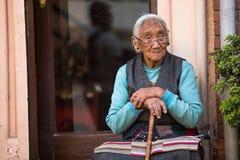 在Boudhanath附近的未认出的老妇人 免版税库存图片