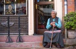 在Boudhanath, 2013年11月30日附近的未认出的老妇人在加德满都,尼泊尔 库存图片