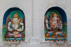 在Boudhanath Stupa的小五颜六色的佛教雕象 免版税库存图片