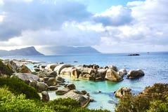 在boulder& x27的企鹅; s海滩有海边的开普敦南非 库存照片