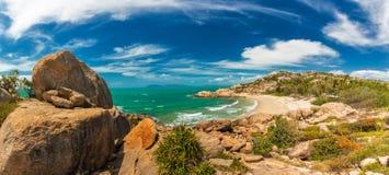 在Bowen -与花岗岩上升的岩石的偶象海滩的马掌海湾 图库摄影