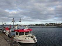 在Bowmore港口,艾拉岛,苏格兰小岛的渔船  免版税图库摄影