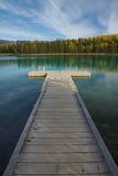 在Boya湖省公园的浮船坞透视, BC 免版税库存图片