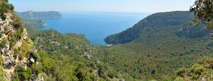 在Bozburun半岛的地中海海岸线在马尔马里斯港reso附近 库存图片