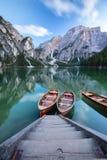 在Braies湖在白云岩mounta的Pragser Wildsee的小船 免版税库存照片