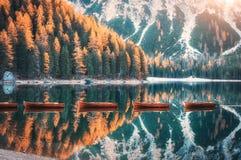 在Braies湖的木小船日出的在秋天 免版税库存照片