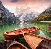 在Braies Lakeand Seekofel的游船在背景登上 免版税库存图片